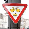 Photo  de © L. Forges - ubacto.com - Panneau : tourne à droite à La Rochelle